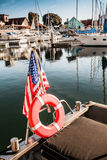Yate con la bandera americana en el embarcadero Imagen de archivo
