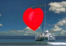 Yate con la vela del corazón de la tarjeta del día de San Valentín. fotografía de archivo