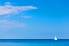 Yate con las velas blancas en el mar Fotos de archivo libres de regalías