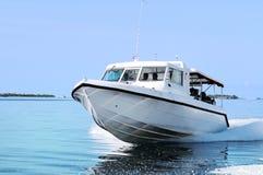 Yate de alta velocidad en el mar Imágenes de archivo libres de regalías