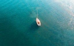 Yate de arriba en el agua Imagen de archivo libre de regalías