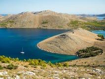 Yate de la navegación en Croacia, verano ventoso en el barco entre la roca Fotografía de archivo libre de regalías