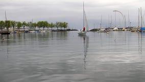 Yate de la navegación en el área del agua del infante de marina del yate Lausanne, Suiza almacen de video