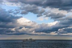 Yate de la navegación en el mar imagen de archivo