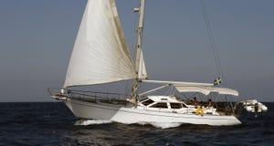Yate de la navegación en el mar Mediterráneo Fotos de archivo libres de regalías
