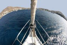 Yate de la navegación en el mar Mediterráneo Imágenes de archivo libres de regalías