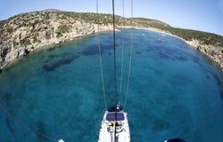 Yate de la navegación en el mar Mediterráneo Fotos de archivo