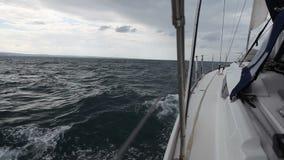 Yate de la navegación en el viento en las ondas almacen de video
