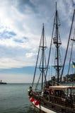 Yate de la navegación en la bahía del mar fotografía de archivo libre de regalías