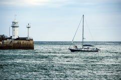 Yate de la navegación en la bahía del mar imagen de archivo