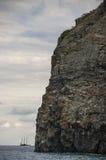Yate de la navegación en la bahía del mar fotografía de archivo
