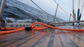 Yate de la navegación en osean o el mar almacen de video