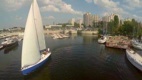 Yate de la navegación que sale del puerto deportivo Resto activo, actividades al aire libre metrajes