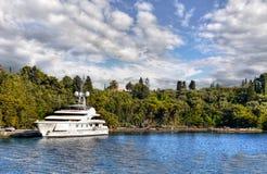 Yate de lujo amarrado en la isla de la costa fotografía de archivo libre de regalías