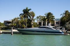 Yate de lujo del motor en la isla de la estrella en Miami imagen de archivo libre de regalías
