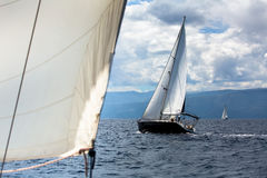 Yate de lujo del velero con las velas blancas Fotografía de archivo libre de regalías