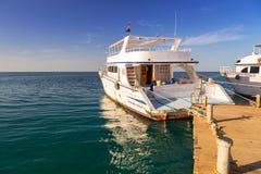 Yate de lujo en el embarcadero del Mar Rojo imagen de archivo libre de regalías