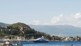Yate de lujo en el mar Mediterráneo - 4 K del motor almacen de metraje de vídeo