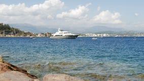 Yate de lujo en el mar Mediterráneo - 4 K del motor almacen de video