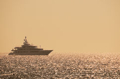 Yate de lujo en el océano en la puesta del sol Fotografía de archivo
