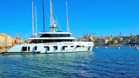 Yate de lujo en el puerto deportivo de Birgu, Malta almacen de video
