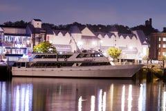 Yate de lujo en el puerto en la noche Fotos de archivo