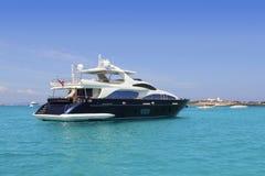Yate de lujo en la turquesa Illetes Formentera Imagen de archivo