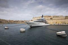 Yate de lujo en La Valeta, Malta. Fotos de archivo