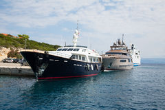 Yate de lujo y costoso del motor en el mar o el océano azul Fotografía de archivo libre de regalías