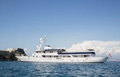 Yate de lujo y costoso del motor en el mar o el océano azul Foto de archivo