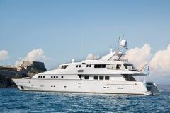 Yate de lujo y costoso del motor en el mar o el océano azul Imágenes de archivo libres de regalías
