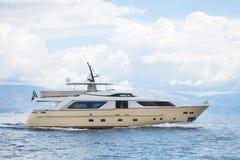 Yate de lujo y costoso del motor en el mar o el océano azul Imagen de archivo libre de regalías
