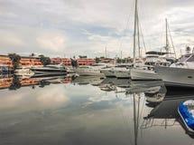 Yate del barco amarrado en el puerto Foto de archivo