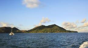 Yate del mar en el Océano Índico en el fondo de la isla Praslin Fotografía de archivo libre de regalías