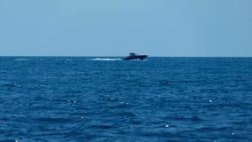 Yate del motor en el mar almacen de video