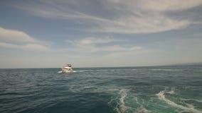 Yate durante el viaje del océano almacen de metraje de vídeo