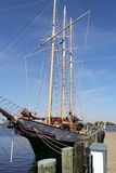 Yate elegante debajo de los cielos azules perfectos Norfolk Va Imagen de archivo libre de regalías