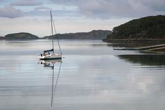 Yate en el lago Shieldaig Fotos de archivo libres de regalías