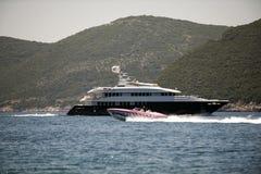 Yate en el mar alrededor de la isla Fotos de archivo libres de regalías