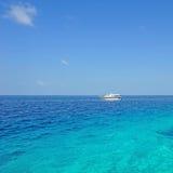 Yate en el mar azul Imagen de archivo libre de regalías