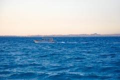 Yate en el mar azul Foto de archivo libre de regalías