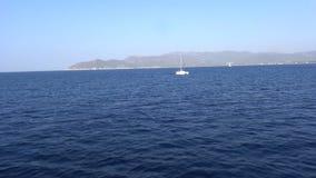 Yate en el mar azul almacen de metraje de vídeo