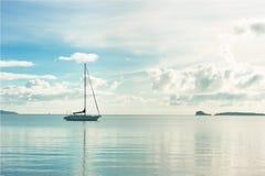 Yate en el mar azul de la almeja fotografía de archivo libre de regalías