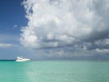 Yate en el mar del Caribe Imagen de archivo libre de regalías