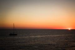 Yate en el mar en la puesta del sol Fotografía de archivo libre de regalías