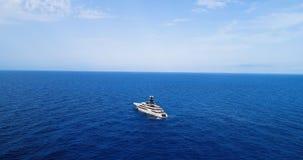 Yate en el mar en la visión aérea Fotografía de archivo libre de regalías