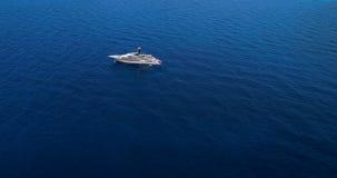 Yate en el mar en la visión aérea Imagenes de archivo