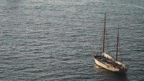 Yate en el mar Mediterráneo en la puesta del sol, viaje de lujo del viaje, espacio para el texto, verano, superficie del océano,