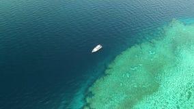 Yate en el medio del océano metrajes