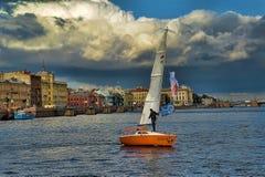 Yate en el Neva Imagenes de archivo